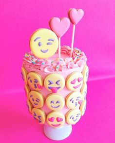 OMG i looove this emoji cake