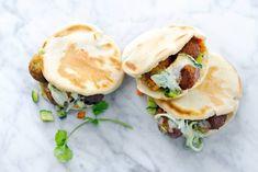 Kijk wat een lekker recept ik heb gevonden op Allerhande! Pita's met falafel en tzatziki