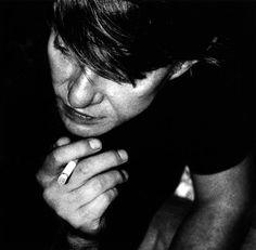 Fabrizio De André – Il bombarolo Per strada tante facce non hanno un bel colore, qui chi non terrorizza si ammala di terrore, c'è chi aspetta la pioggia per non piangere da solo, io sono d'un altro avviso, son bombarolo.  Un piacere riascoltarla... E davvero anche io aspetto la pioggia....   #FabrizioDeAndré, #bombarolo, #tristezza, #liosite, #citazioniItaliane, #frasibelle, #ItalianQuotes, #Sensodellavita, #perledisaggezza, #perledacondividere, #GraphTag, Creepy Vintage, Extraordinary People, Love Film, Concept Album, Music Theory, Unique Photo, Vintage Photography, Old Photos, Music Artists