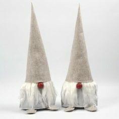 Kerstkabouters met lange baarden. Bekijk het gratis Patroon en het gebruikte vilt in de webshop Bij vilt enzo.  http://www.bijviltenzo.nl/a-35590218/gratis-vilt-patronen/zmp-kerstkabouters-met-lange-baarden/