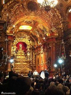 Mosteiro de São Bento, fundado em 1590.  Ali vale a regra de que tudo que reluz é realmente ouro!