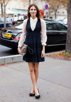 alexa chung com look romântico. Camisa de seda, vestido e sapatilha