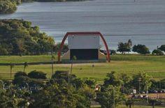 ANFITEATRO PÔR DO SOL - Localizado na orla do lago Guaíba, o Anfiteatro Pôr-do-Sol foi inaugurado em 13 de maio de 2000. Com capacidade para aproximadamente 70 mil pessoas, seu nome foi escolhido por votação popular. É um local para eventos a céu aberto e gratuitos na capital gaucha.