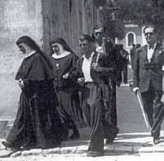 El 10 de noviembre de 1936, en las tapias del Cementerio de la Almudena, fueron asesinadas 23 adoratrices que murieron sonriendo y bendiciendo a Dios. Frente Popular, Spanish War, Foto Madrid, Lest We Forget, Aragon, World War, Barcelona, Beautiful Pictures, 1