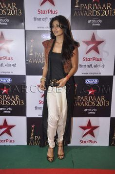 Shilpa Shetty looked radiant in an Anamika Khanna ensemble at Star Parivaar Awards 2013.