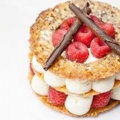 Un mille-feuille croustillant aux framboises et crème patissière légère (in French)