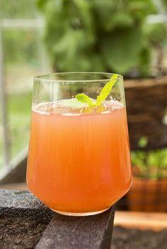 Raparperin satokausi on nyt - helppo raparperimehu - ku ite tekee Rhubarb Recipes, Summer Drinks, Cantaloupe, Smoothies, Nom Nom, Juice, Food And Drink, Nutrition, Snacks