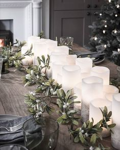 Looking for Christmas table decorating ideas Whether you re hosting on the big day or have managed to get off lightly with the boxing day dinner find advice and inspiration in our specialist guide Christmas Door Decorations, Christmas Table Settings, Holiday Decor, Indoor Christmas Lights, Christmas Fun, Christmas Pictures, Xmas, Decoration Table, Table Centerpieces