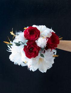 Un bouquet di piume bianco e rosso, realizzato con fiori di ranuncoli in carta crespa e fiori di piume. Questa tabella colore può essere utilizzata per un matrimonio autunnale ma anche per delle nozze invernali. Se invece si vuole organizzare un matrimonio tema rock billy, sicuramente con questo bouquet di piume, farete un gran figurone. È una creazione che si adatta a vari stili e temi matrimoniali e volendo si può prendere ispirazione da esso, per poi poter creare il TUO bouquet… Floral Wreath, Wreaths, Flowers, Plants, Decor, Ideas, Floral Crown, Decoration, Door Wreaths