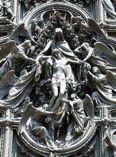 Detalle. Puerta del Duomo de Milan. Italia