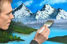 acrylique: Interprète Masculin de travailler avec l'expression concentrée sur une peinture de paysage beau bleu