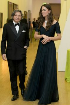 Pairing it with an understated yet elegant blue gown, the Duchess of Cambridge Kate Middleton reportedly borrowed this stunning diamond necklace from the Queen. Royal Fashion, Look Fashion, Fashion News, Gq Fashion, Duchess Of Cambridge, The Duchess, Vestidos Kate Middleton, Pretty Dresses, Beautiful Dresses
