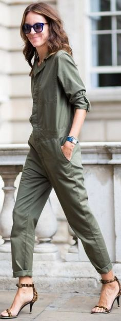 Jumpsuits make excellent fall wardrobe options. Street Look, Street Style Chic, Street Style Women, Street Styles, Style Casual, My Style, Style Bleu, Winter Looks, Boiler Suit
