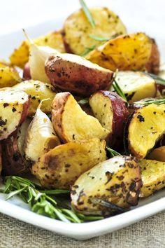 Greek Potatoes with Fresh Garlic and Lemons, a favorite for Side Dish Recipes in Greek Food. Roasted Potatoes covered with Fresh Herbs and drizzled with Olive Oil baked slowly in the oven. Low Fat Dinner Recipes, Low Carb Chicken Recipes, Cooking Recipes, Healthy Recipes, Vegetarian Recipes, Greek Roasted Potatoes, Greek Potatoes, Dill Potatoes, Rosemary Potatoes