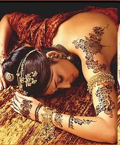 Amazing Mehndi, and with that jewelry...love it.