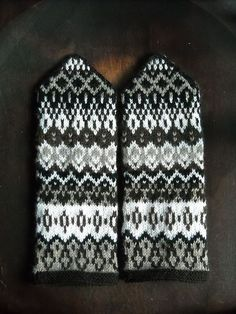 Ravelry: Project Gallery for Häggenås 1 pattern by Solveig Larsson Knitted Mittens Pattern, Crochet Mittens, Fingerless Mittens, Knitted Gloves, Knitting Charts, Knitting Socks, Hand Knitting, Knitting Patterns, Norwegian Knitting