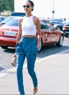 Tapered trousers and a white plain crop - love this look Women Legs, Fit Women, Mini Dresses For Women, Womens Health Magazine, Health Trends, Inspiration Mode, Fashion Inspiration, Design Inspiration, Vogue