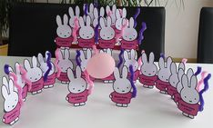 Nijntjes met een doosje rozijntjes en een ballon. bestel op www.annemarievandoornik.nl Family Guy, Snoopy, Ballon, Fictional Characters, Fantasy Characters, Griffins