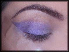 5. Następnie sięgam po matowy liliowy cień i nanoszę go na wewnętrznej połowie ruchomej powieki.