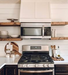 vent hood with mounted microwave Kitchen Vent Hood, Kitchen Stove, Kitchen Redo, Kitchen Shelves, Kitchen Remodel, Kitchen Ideas, Kitchen Inspiration, Microwave Shelf Cabinet, Stove Vent Hood