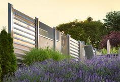 Windschutz und Sichtschutz in einer Kombination aus Glas und Aluminium. Hier Modell ZERMATT, Farbe eisenglimmer aus witterungsbeständigem Aluminium in Kombination mit Modell GLARUS, Farbe grau satiniert.