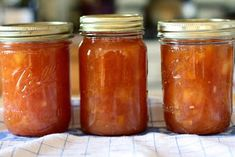 ben and birdy: Peachy Peach Jam. To extend a fading summer: easy and scrumptious peach jam, with the perfect amount of sugar (not much), a bit of almond flavor, and first-rate tips and guide for preparation. Fresh Peach Pie, Peach Jam, Peach Freezer Jam, Peach Salsa Recipes, Fermented Foods, Preserves, Family Meals, Almond, Fruit