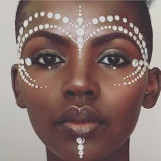 10 Carnival beauty looks Pintura Tribal, African Tribal Makeup, African Face Paint, Makeup Carnaval, Tribal Face Paints, Festival Makeup Glitter, Halloween Karneval, Theatrical Makeup, Carnival Costumes