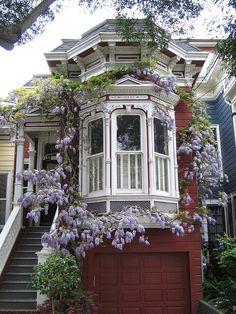 Пример отделки деревянного загородного дома пестрого цвета в викторианском стиле
