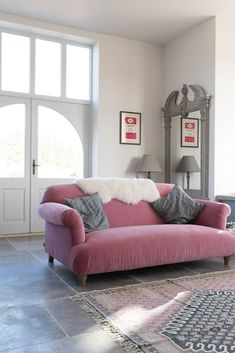 Our Dove Grey Tumbled Limestone was laid throughout this period property. We love this pink sofa from Loaf with it! Cottage Living Rooms, Cottage Interiors, Living Room Grey, Living Room Sofa, Living Room Decor, Kitchen Sofa, Open Plan Kitchen Living Room, Pink Velvet Sofa, Pink Sofa