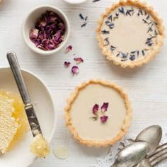 Earl Grey panna cotta tarts are infused with loose-leaf Earl Grey tea and decorated with dried flowers for a gorgeous simple dessert flavored with tea Easy Desserts, Dessert Recipes, Milk Dessert, Tart Filling, Flower Food, Earl Gray, Flower Cookies, Almond Cookies, Gourmet Recipes