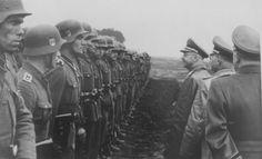 """1944, Le Reichsführer-SS Heinrich Himmler lors d'une cérémonie de la Division SS """"Galicie"""""""
