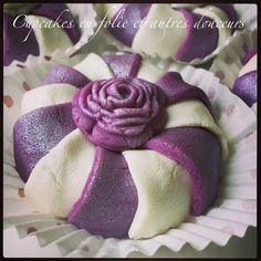 Une fête de l'aïd sans kaâk pour moi ce n'est pas possible! Chaque année je réalise ce petit gâteau algérien en forme de bracelet que je décore à chaque fois de manière différente ! Cette année j'ai opté pour le blanc et violet avec comme ornement central...