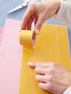 Schultüte: Moosgummiplatte mit Bastelband bekleben