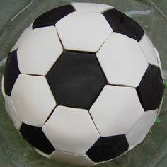 Diese Motivtorte hat ein kleiner Fußballfan von mir zum 9. Geburtstag bekommen. Entstanden ist der Fußball aus diesem Zebrakuchen (gestreif...