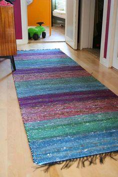 Ihan tavallinen: Räsymatto Weaving Projects, Craft Projects, Loom Weaving, Hand Weaving, Striped Rug, Recycled Fabric, Woven Rug, Textile Design, Garter Stitch