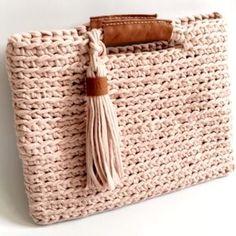 Marvelous Crochet A Shell Stitch Purse Bag Ideas. Wonderful Crochet A Shell Stitch Purse Bag Ideas. Crochet Bib, Crochet Shell Stitch, Crochet Clutch, Crochet Handbags, Crochet Purses, Love Crochet, Purse Patterns, Crochet Patterns, Crochet World