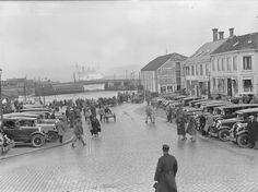 Ravnkloa med cruiseskip  Ravnkloa i 1930 årene med ventende biler som skal kjøre turistene