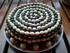 PASTEL DE CHOCOLATE, CUBIERTO DE CHOCOLATE Y DECOR...