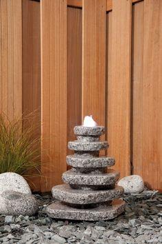 Water heeft vele gezichten. Een waterpartij in uw tuin is een waardevolle aanvulling. Een waterpartij brengt afwisseling en variatie aan in uw tuin.    Wij leveren tuindecoraties zoals beelden en waterspektakels voor in de tuin of bij de vijver. Water is een aanwinst in uw tuin en de aankleding eromheen kan erg sfeerbepalend zijn.