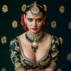 Love the Indian choli blouse by Sabyasachi, flowers in hair and the gorg model, But NOT the gaudy jewellery: 2017 Sabyasachi Jewelry Collection - Kundan Sets. Beautiful Girl Indian, Beautiful Saree, Beautiful Indian Actress, Indian Beauty Saree, Indian Sarees, Sabyasachi Sarees, Quotes Sparkle, 3d Foto, Actrices Sexy