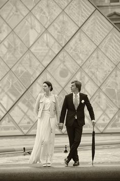 Couple Portrait session in Paris with weddingLight shot at the Louvres museum pyramide.