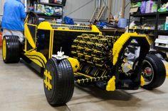 Esse carro em tamanho real, feito com peças Lego, pode chegar a 35 km/h - Portugese