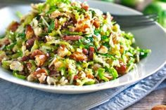 This bacon and brussel sprout salad is so good! Thinly sliced brussel sprouts, crumbled bacon, Parmesan, almonds, and shallot citrus dressing. Best to roast brussel sprouts and add diced avocado. Shaved Brussel Sprouts, Brussels Sprouts, Clean Eating, Healthy Eating, Frango Chicken, Paleo Recipes, Cooking Recipes, Cooking Tips, Bacon Salad