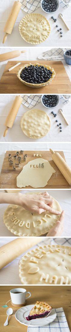 Blueberry pie with letters design pie crust - Tarta de arándanos decorada con letras de masa