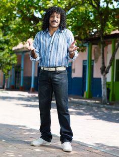 """José René Higuita Interpretado por John Alex Castillo.  Quienes lo apodaron """"El loco"""" por esas arriesgadas salidas del arco que además lo llevaron a ser el creador del puesto del """"arquero líbero"""", nunca imaginaron que igual de loca iba a ser su vida personal y sentimental. Siendo adolescente conoce a Magnolia Echeverry, una vecina en el barrio Castilla de Medellín. René la considera la mujer de su vida. Normcore, Game, Style, Fashion, Teen, Arch, Exit Slips, The Neighbourhood, Castles"""