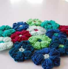 Learn how to crochet puff stitch flowers with this free pattern and video tutorial from B.hooked Crochet.
