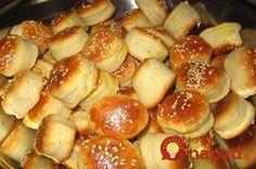 Úžasne jednoduché syrové pagáče, ktoré zvládne pripraviť skutočne každý. Stačí zmiešať všetky prísady na cesto, vložiť do chladničky a potom vykrojiť ľubovoľné tvary. Jediným problémom je počkať pár minút, kým sa konečne upečú. Chutia skutočne vynikajúco! Slovak Recipes, Czech Recipes, Czech Desserts, Homemade Dinner Rolls, I Chef, Bread And Pastries, Savory Snacks, Appetisers, Creative Food