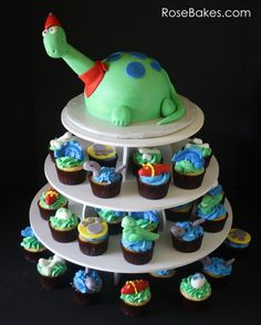 T-Rex Dinosaur Cake. Get all the details for this cake by clicking over! It would be a perfect addition to any Jurassic World themed party too! Dinosaur Cupcakes, Dinosaur Birthday Cakes, Cupcake Birthday Cake, Cupcake Party, Party Cakes, Cupcake Cakes, Dinosaur Party, Party Party, Wedding Cake Designs