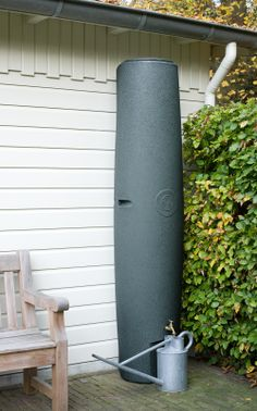 De hoge smalle regenton, neemt weinig ruimte in en bevat toch veel water. Vanwege de hoogte staat er bovendien een flinke druk op het kraantje, zodat water geven met een slang goed gaat. Inhoud 400 liter. http://www.dewiltfang.nl/huis-en-erf/dakgoten/regenzuil-400-liter/