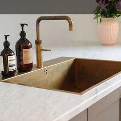 Kitchen Sink Taps, Shaker Kitchen, Kitchen Interior, Kitchen Decor, Country Look, Gold Taps, Living Colors, Small Kitchen Organization, Minimal Kitchen